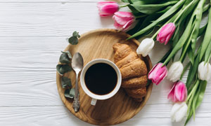郁金香与托盘里的咖啡摄影高清图片