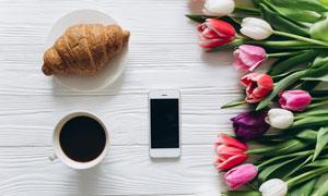 桌上的咖啡牛角包与郁金香高清图片