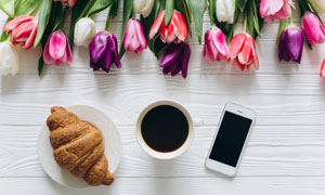 牛角包咖啡与郁金香等摄影高清图片