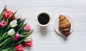 咖啡面包与郁金香花朵摄影高清图片