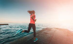 在海边跑步的美女人物摄影高清图片