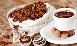 巧克力与袋里的咖啡豆摄影高清图片