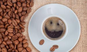 麻布纹理上的咖啡豆等摄影高清图片