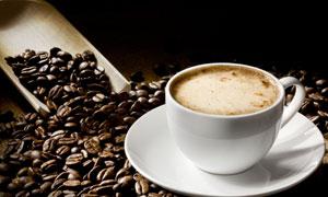 咖啡豆与满满的一杯咖啡等高清图片