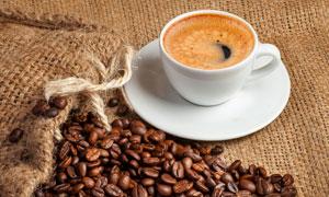 咖啡杯与色泽饱满的咖啡豆高清图片