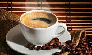 一杯正冒着热气的咖啡摄影高清图片
