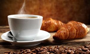 牛角包与一杯咖啡特写摄影高清图片