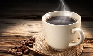 放在桌上的一杯热咖啡摄影高清图片