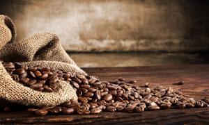 麻袋里洒出来的咖啡豆摄影高清图片