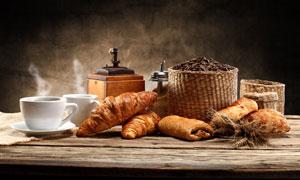 桌面上的面包与热咖啡摄影高清图片