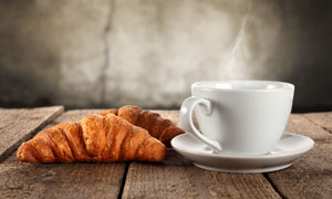 桌上的牛角包与热咖啡摄影高清图片