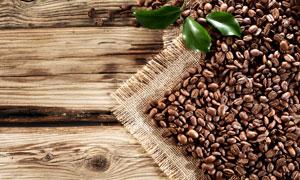 绿叶与在桌上的咖啡豆摄影高清图片