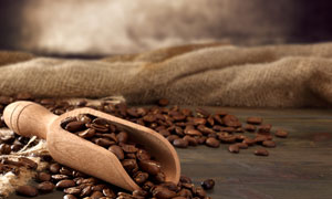 麻袋与铲咖啡豆的木铲摄影高清图片