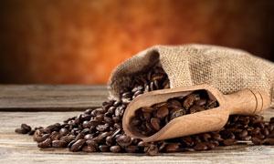 木铲与麻袋里的咖啡豆摄影高清图片