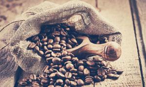 麻袋里的咖啡豆与木铲摄影高清图片