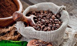 八角绿叶与麻袋里的咖啡豆高清图片
