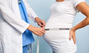 量腰围的孕妇人物特写摄影高清图片