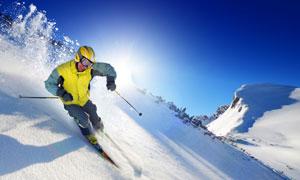 山坡俯冲下的滑雪人物摄影高清图片