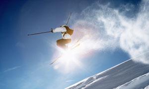腾在半空中的滑雪人物摄影高清图片