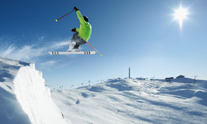 正在滑雪场滑雪的运动人物高清图片