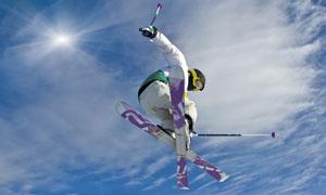 半空中的滑雪人物逆光摄影高清图片