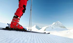 已做好出发准备的滑雪人物特写图片