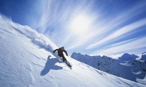 正顺势而下的滑雪运动人物高清图片