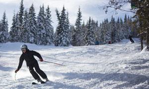 正在滑雪场的运动人们摄影高清图片