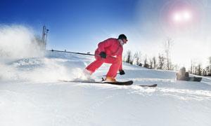 在降低重心的红衣滑雪人物高清图片