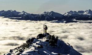 站在山顶上的滑雪人物摄影高清图片