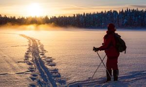 滑雪人物与黄昏时分的雪景摄影图片