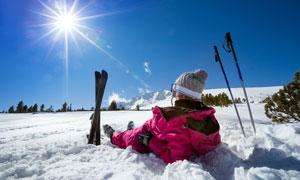 躺雪地上晒太阳的滑雪人物高清图片