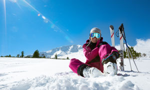 坐在雪地上休息的滑雪人物高清图片