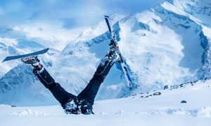 只露两条腿的滑雪人物摄影高清图片