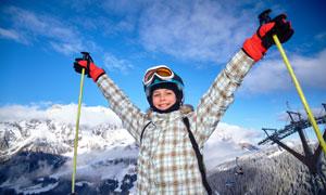 张开着双臂的滑雪人物摄影高清图片