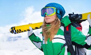 滑雪板放在肩上的人物摄影高清图片