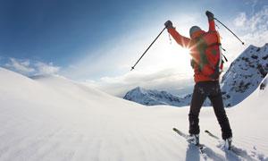 终于到山顶的滑雪人物摄影高清图片