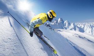 在展示滑雪技巧的运动人物高清图片