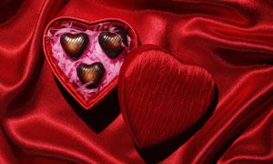 红色布上的心形礼物盒摄影高清图片