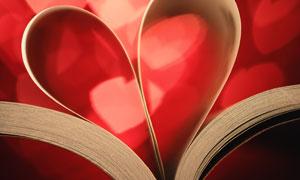 书中纸张叠起来的心形图案高清图片