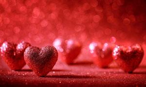 立起来的红色桃心装饰摄影高清图片