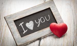 红色心形与木板上的粉笔字高清图片