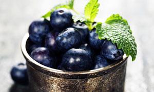 金属容器里的蓝莓特写摄影高清图片