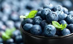 放碗里的蓝莓近景特写摄影高清图片
