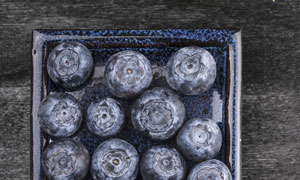 玻璃器皿里的蓝莓特写摄影高清图片