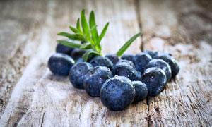 桌上有水珠的蓝莓特写摄影高清图片