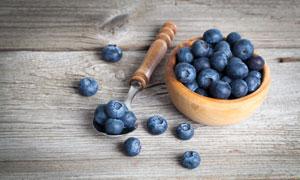 桌面上的蓝莓近景特写摄影高清图片