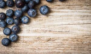 放在桌面上的蓝莓特写摄影高清图片