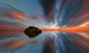 黄昏云霞与在海面上的孤岛高清图片
