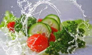 蔬菜与飞溅的水花特写摄影高清图片